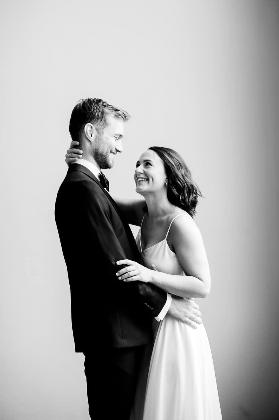 Caroline & Bendik - avslappet og morsomt bryllup i Ski Fotograf bryllup ski 13 Brudepar