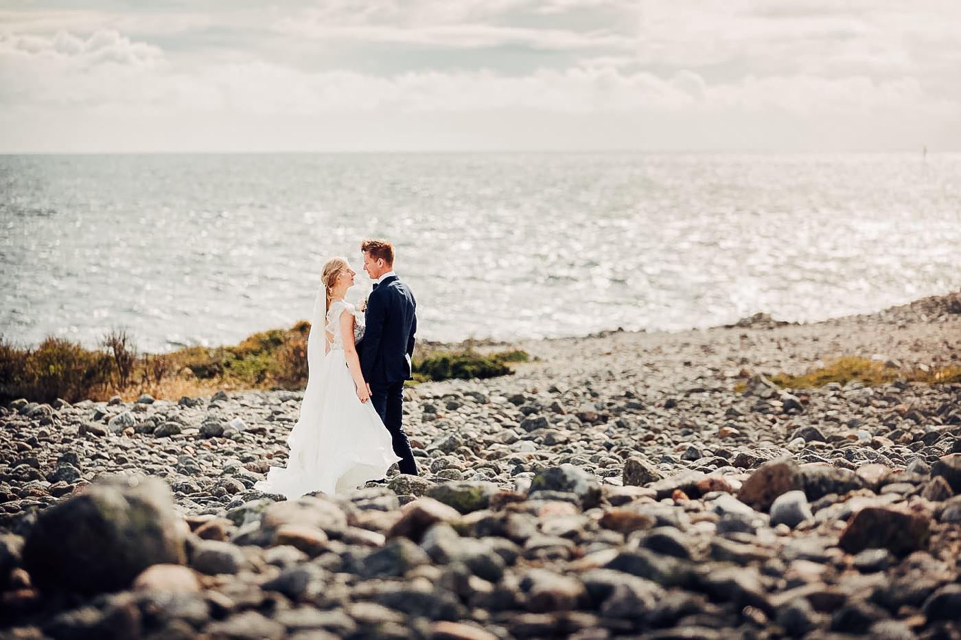 Karianne & Kent - sommerlig heldagsfotografering i Stavern Sommerbryllup Stavern Vestfold 17 Brudepar