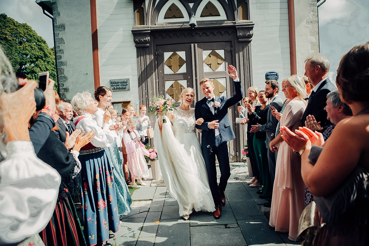 Karianne & Kent - sommerlig heldagsfotografering i Stavern Sommerbryllup Stavern Vestfold 25 Brudepar